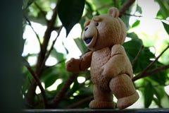 Mały niedźwiedź iść znajdować liście fotografia royalty free