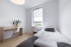 Mały, nowożytny sypialnego pokoju wewnętrzny projekt, Zdjęcia Royalty Free