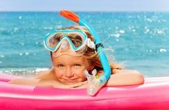 Mały nurek kłaść na różowej materac morzem Obraz Royalty Free