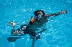Mały nurek z kiść pistoletem w basenie pod wodą Zdjęcie Royalty Free