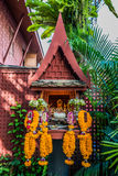 Mały ołtarzowy kwiat ofiar Jim Thompson dom Bangkok Tajlandia zdjęcie royalty free
