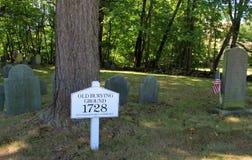 Mały obszar w historycznym cmentarzu, z starymi, wietrzejącymi kamieniami, Stara Zakopuje ziemia, Stoneham, msza, 2016 Zdjęcia Stock