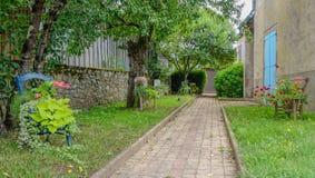 Mały ogród z krzesłami zdjęcie royalty free