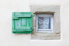 Mały okno i drewniana żaluzja zdjęcia stock