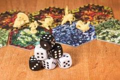 Mały ostrosłup kostka do gry czarny i biały Zdjęcia Stock