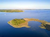 Mały półwysep z sosnami, Mazury gromadzki jezioro, Polska Fotografia Royalty Free