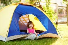 Mały piękny dziewczyny obsiadanie w namiocie Zdjęcia Royalty Free