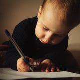 Mały piękny dziewczyny writing w jej książce Fotografia Royalty Free