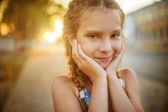 Mały piękny uśmiechnięty dziewczyny zakończenie Obrazy Stock
