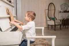 mały pianista zdjęcie royalty free
