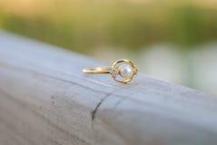 Mały pierścionek na drewnianym ogrodzeniu Zdjęcia Royalty Free