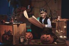 Mały pirat na Halloweenowej nocy zdjęcia royalty free