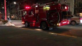 Mały pożarniczy silnik w Japonia przy nocą z światłami dalej zbiory wideo