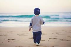 Mały podróżnik przy plażą Obrazy Royalty Free