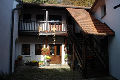 Mały podwórze rodzina dom w centre ÄŒeské BudÄ› jovice, Południowa cyganeria fotografia stock
