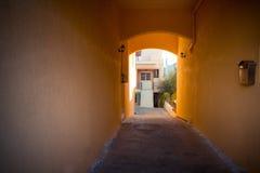 Mały pomarańczowy tunel z skrzynką pocztowa Zdjęcia Royalty Free