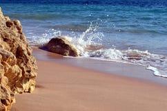 Mały Portugalski głaz przeciwstawia się kipiel Atlantycki ocean fotografia stock
