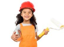 Mały pracownik z farbą i rolownikiem w rękach odizolowywać zdjęcie royalty free