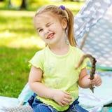 Mały preschool dziecko smitten rabusiami Pojęcie styl życia, gra i dzieciństwo, fotografia stock