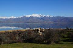 Mały Prespa jezioro, ażio Achillios wyspa ruiny St Achillius, Grecja obrazy stock