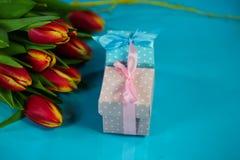 Mały prezent w błękita i menchii opakowaniu, nowonarodzonym, urodziny fotografia royalty free