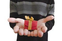 Mały prezenta pudełko na rękach, płytka głębia pole, selekcyjna ostrość na prezenta pudełku, odizolowywającym na białym tle Fotografia Stock