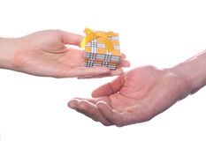 Mały prezenta pudełko w rękach Zdjęcia Royalty Free