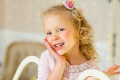 Mały princess na łóżku fotografia stock