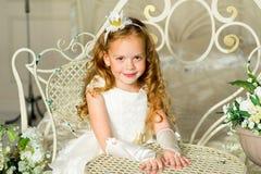 Mały princess obsiadanie blisko stołu fotografia royalty free