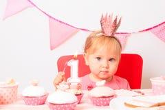 Mały princess przyjęcie urodzinowe najpierw fotografia royalty free