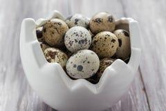 Mały przepiórek jajek drewniany stołowy naczynie Obrazy Royalty Free