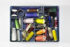 Mały pudełko z szwalnymi akcesoriami zdjęcie royalty free