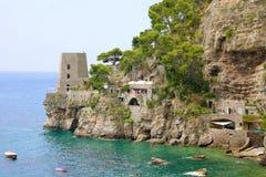 Mały punktu obserwacyjnego wierza z domami na skałach Amalfi wybrzeże, Włochy Obraz Royalty Free