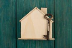 mały puste miejsce dom, klucz na błękitnym drewnianym biurku i obraz royalty free