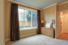 Mały Pusty pokój z brown jedwabniczymi zasłonami zdjęcia stock