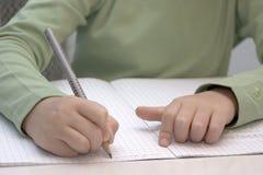 mały ręki writing Zdjęcia Royalty Free