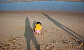 Mały ranny dziecko i rodzice cień na plaży Fotografia Royalty Free