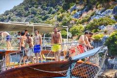 Mały rejsu naczynie z wiele turysta na morzu śródziemnomorskim, turczynka Zdjęcia Stock