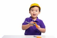 Mały repairman w hardhat z remontowymi narzędziami obraz stock