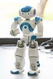 Mały robot z twarzą ludzką i ciałem ai Obrazy Royalty Free