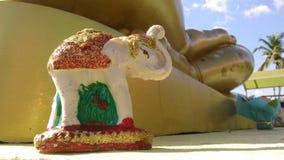 Mały słoń chroni Buddha Obrazy Royalty Free