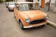Mały samochód na ulicznym Rome obrazy royalty free