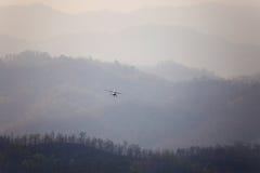 Mały samolot latał przez chmury dymu od palenia dla Fotografia Stock