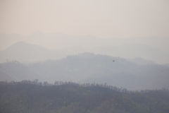 Mały samolot latał przez chmury dymu od palenia dla Zdjęcia Royalty Free