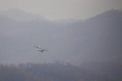 Mały samolot latał przez chmury dymu od palenia dla Fotografia Royalty Free