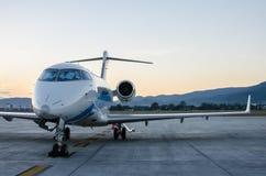 Mały samolot lub samolot Parkujący przy lotniskiem Obraz Stock