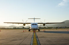 Mały samolot lub samolot Parkujący przy lotniskiem Fotografia Royalty Free
