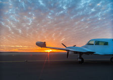 Mały samolot na pasie startowym zdjęcia stock