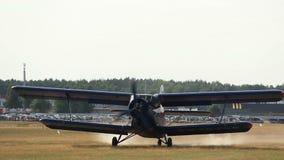 Mały samolotowy narządzanie dla start na pasie startowym jedzie, agriculturial samolot zdjęcie wideo