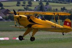Mały samolotowy narządzanie start od trawy pola Fotografia Royalty Free